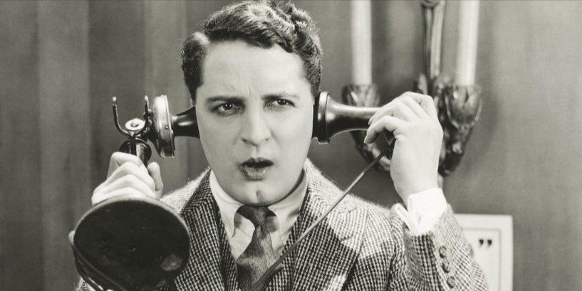Uomo con vecchio telefono