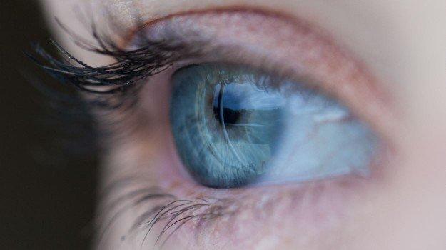 智能眼镜将图像投射到视网膜中