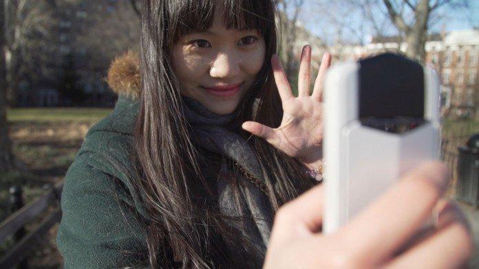 Casio Exilim EX-TR 70, fotocamera per selfie