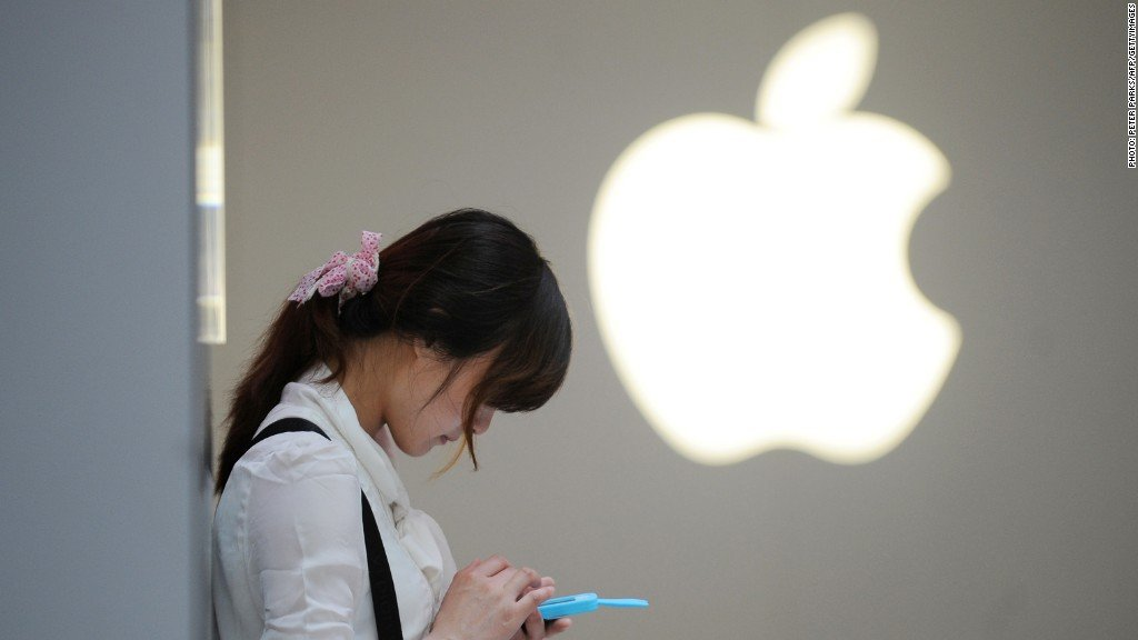 Ragazza cinese con in mano un iPhone