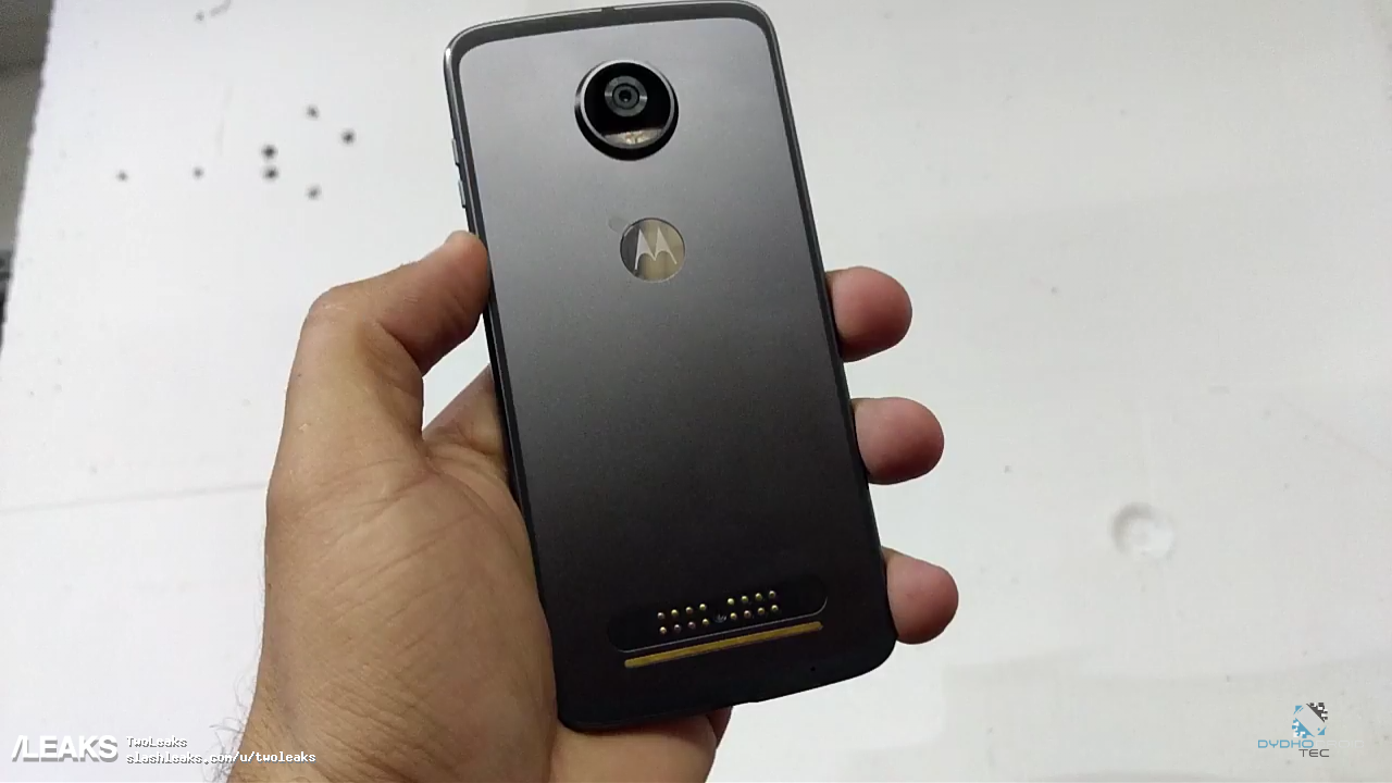 Moto Z2 Play si mostra in un unboxing e in render con i ...